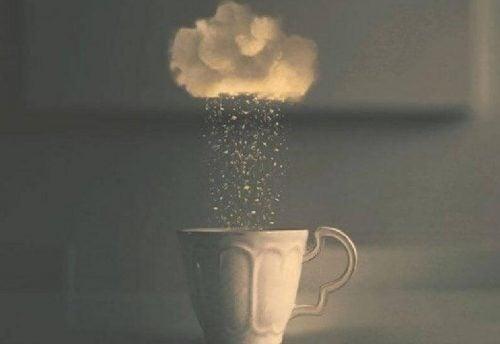Chmura, z której deszcz pada do kubka