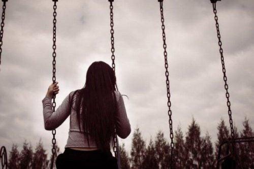 Depresja - Smutna dziewczyna na huśtawce