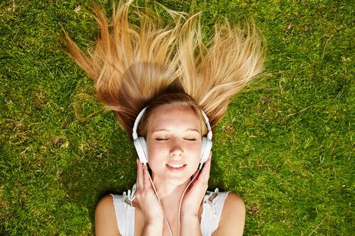 Dziewczyna słuchająca muzyki.