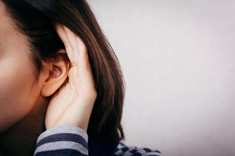 Dziewczyna nasłuchuje