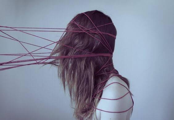 Dziewczyna zaplątana w sznurki - emocjonalna zależność