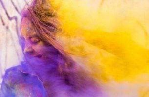 Dziewczyna w kolorowym pyle - śmiać się z samego siebie