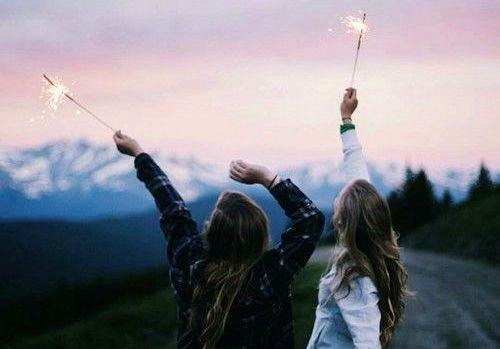 Działania - dwie dziewczyny z fajerwerkami.
