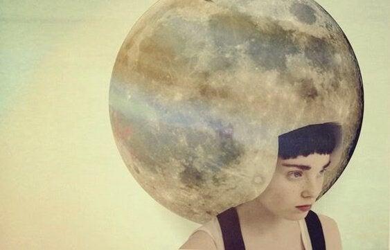 Kobieta z księżycem na głowie