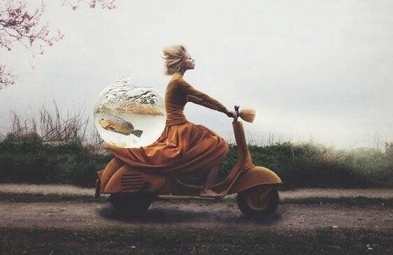 Kobieta na motorze z akwarium.