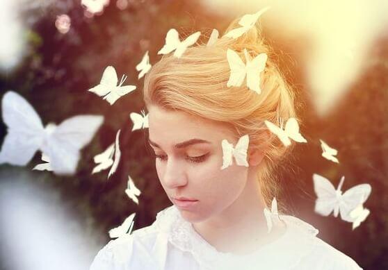 Kobieta i białe motyle.