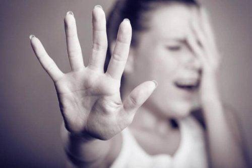 Choroba afektywna dwubiegunowa - zdenerwowana kobieta