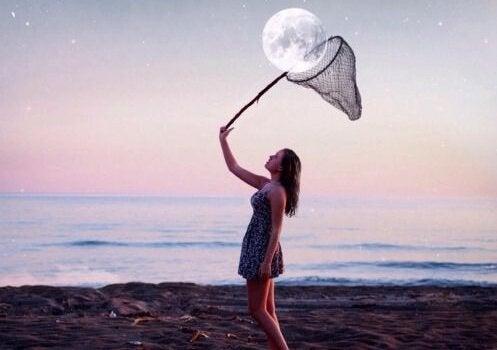 Kobieta łapiąca w siatkę księżyc.