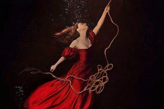 Kobieta trzyma linę