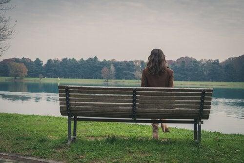 Dziewczyna na ławce w parku.