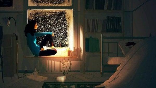 Kobieta w oknie w nocy.