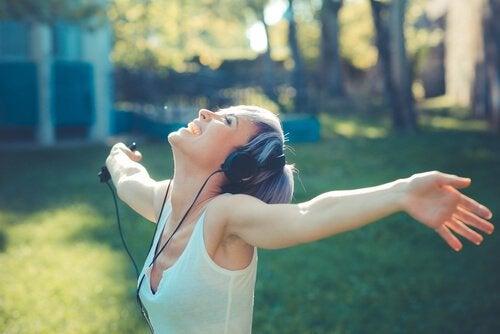 Kobieta słucha piosenki