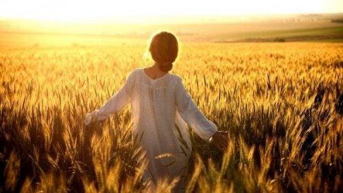 Kobieta na słonecznym polu