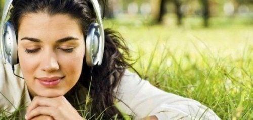 Muzyka i słuchająca jej kobieta.