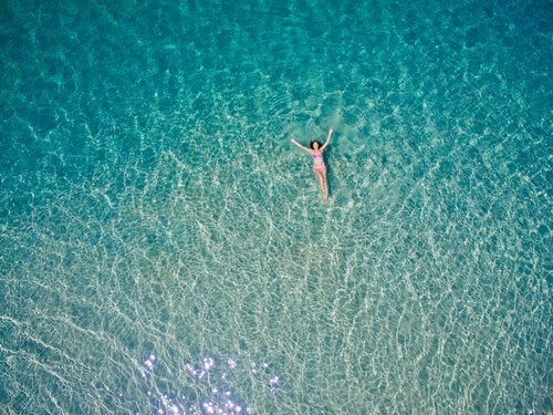 Kobieta w morzu.