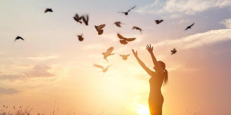 kobieta wypuszczająca gołębie