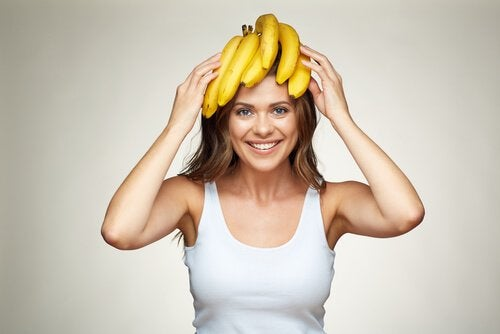 Kobieta z bananami na głowie.