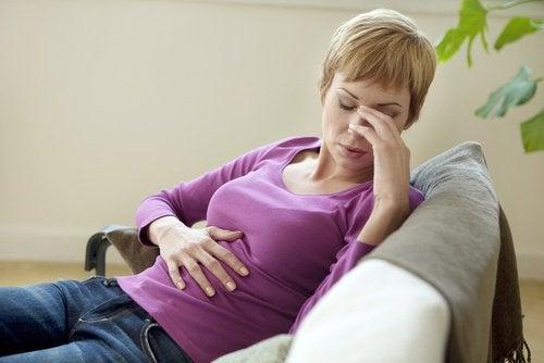 kobieta z bólem żołądka