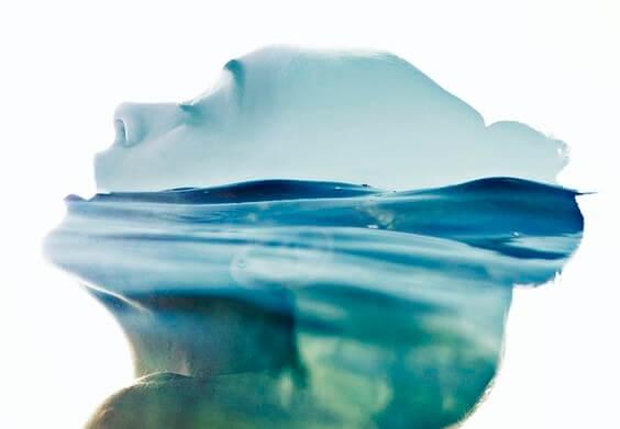 Kobieta zanurzona w wodzie