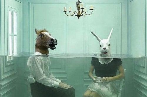 Ludzie z głowami konia i królika - cynizm