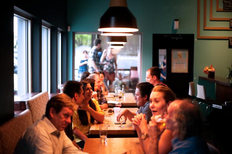 Ludzie w kawiarni.