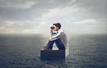 Mężczyzna na środku oceanu.