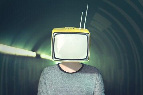 mężczyzna z telewizorem zamiast głowy - Noam Chomsky i manipulacja społeczeństwem