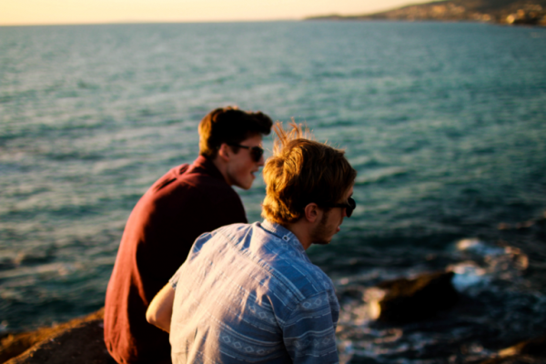 Dwóch mężczyzn nad morzem.