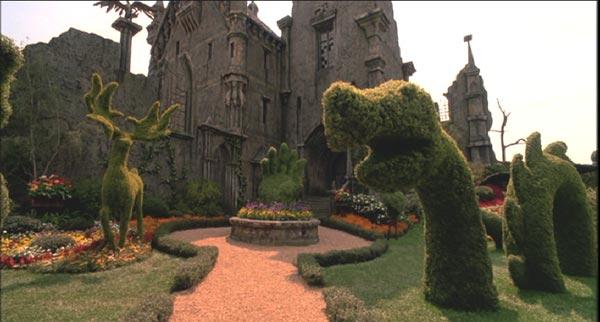Ogród z rzeźbami krzewów.