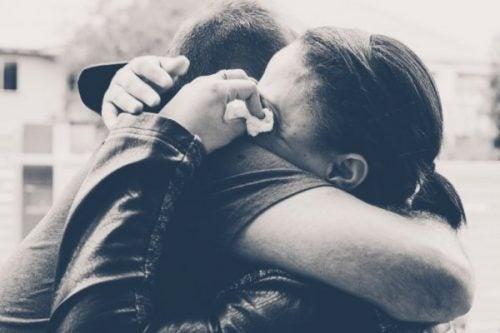 Para się przytula
