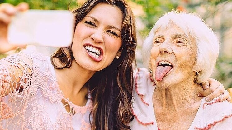 przyjaciele staruszka i dziewczyna