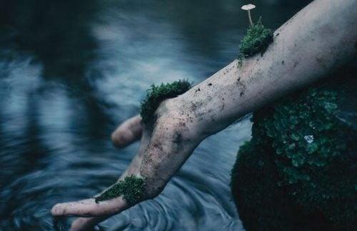 Zaakceptować śmierć – ręka porośnięta mchem