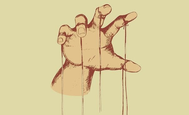 ręka ze sznurkami
