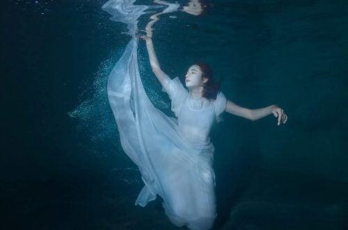 Samotność - kobieta pod wodą