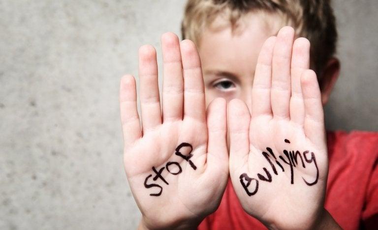 Napis na dłoniach - stop bullying