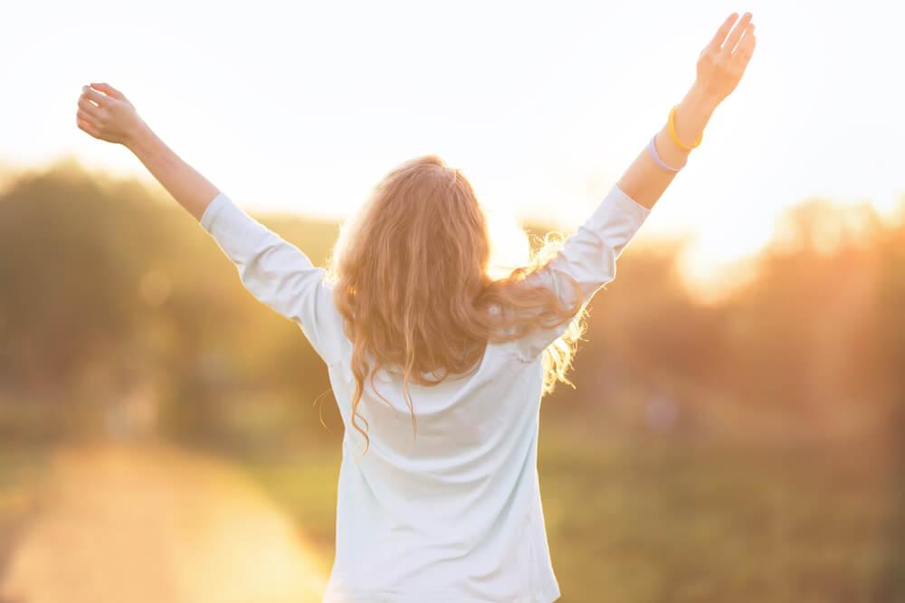 szczęśliwa kobieta wie jak docenić życie