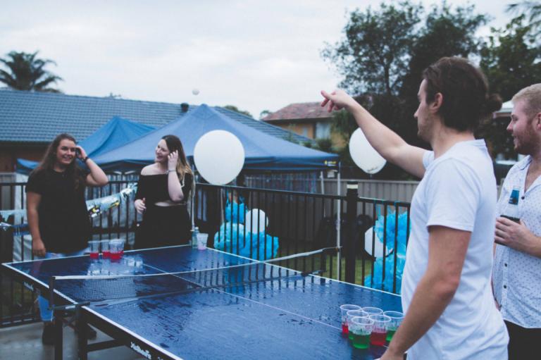 Mecz tenisa stołowego.