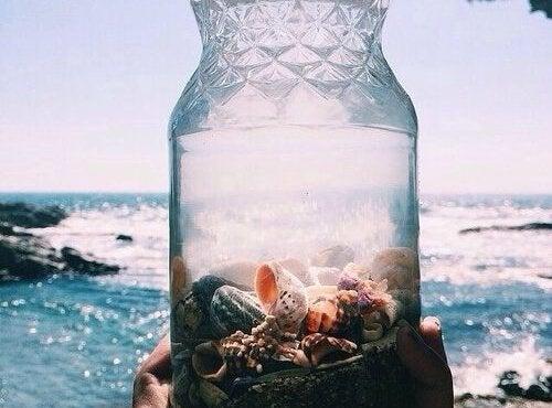 Widok na morze przez butelkę