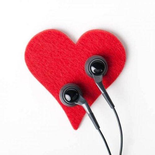 Aktywne słuchanie - słuchawki przyłożone do serca