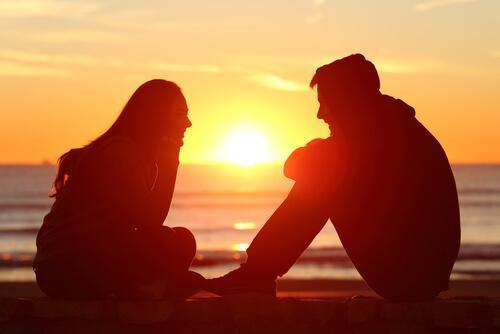 Aktywne słuchanie - para rozmawia o zachodzie słońca
