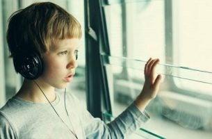 Autyzm - chłopiec patrzy przez okno