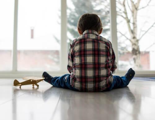 Autyzm - dziecko bawi się samo