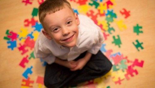 Autyzm - dziecko układa puzzle