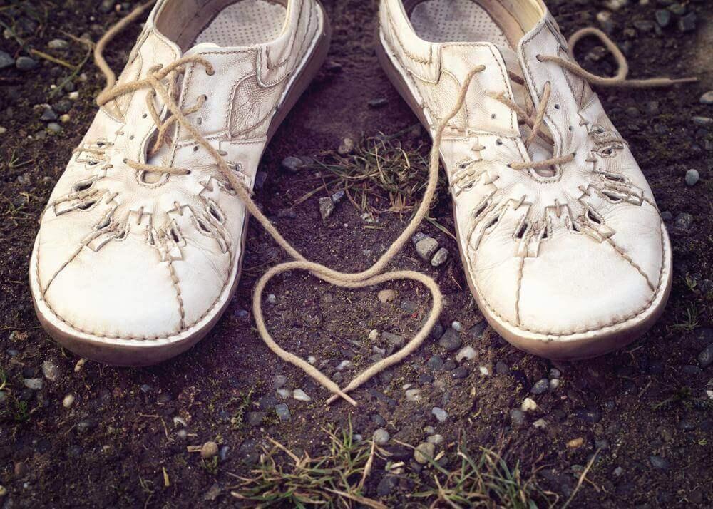 buty złączone sznurówkami