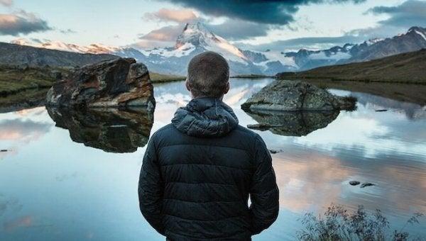 Bycie silniejszym emocjonalnie - chłopak nad jeziorem.