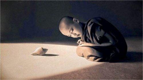 Chłopiec słucha muszli