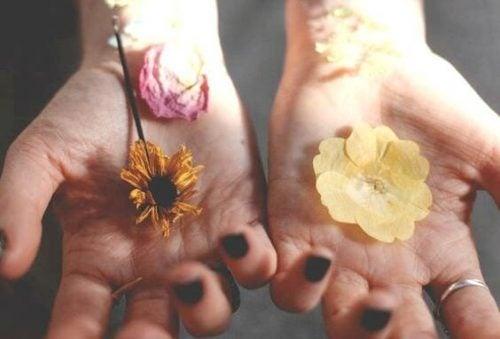 Kwiaty na dłoniach