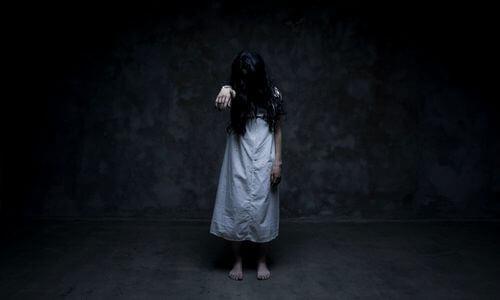 Duch dziewczyny z długimi czarnymi włosami
