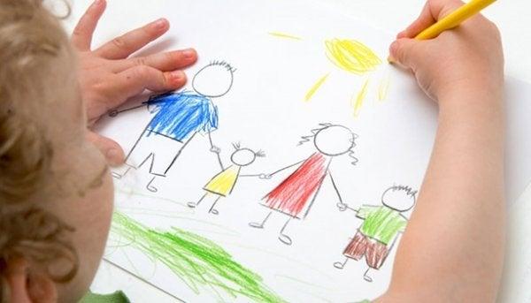dziecko rysujące swoją rodzinę