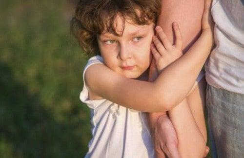 Dzieci - Dziecko trzyma się za rękę rodzica